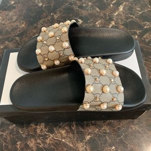 Gucci pearl slides
